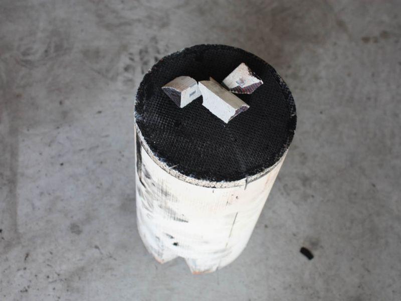 Zdemontowany wkład od strony wlotu spalin. Widać wyraźne zatkanie filtra sadzą