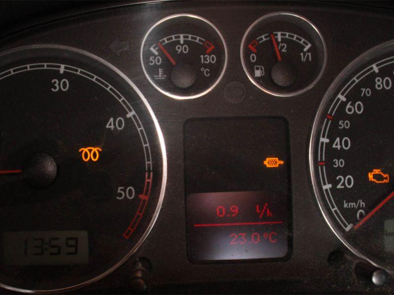 Po uruchomieniu silnika na silniku świecą się trzy kontrolki ostrzegawcze. Samochód jeździ w trybie awaryjnym