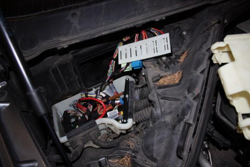 Zdemontowany komputer silnika w celu odczytania-zapisania oprogramowania